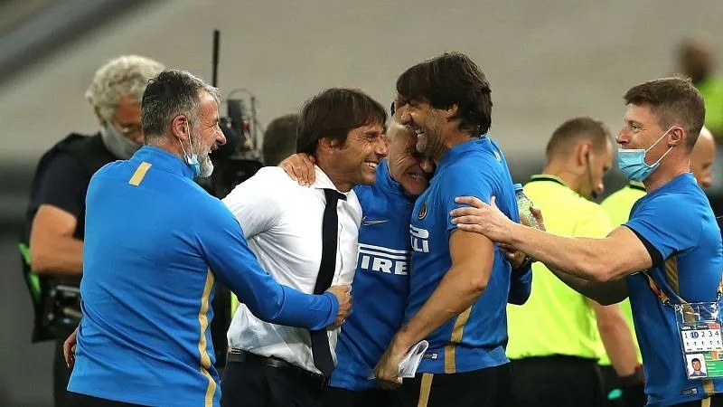 Antonio Conte celebrates with his staff